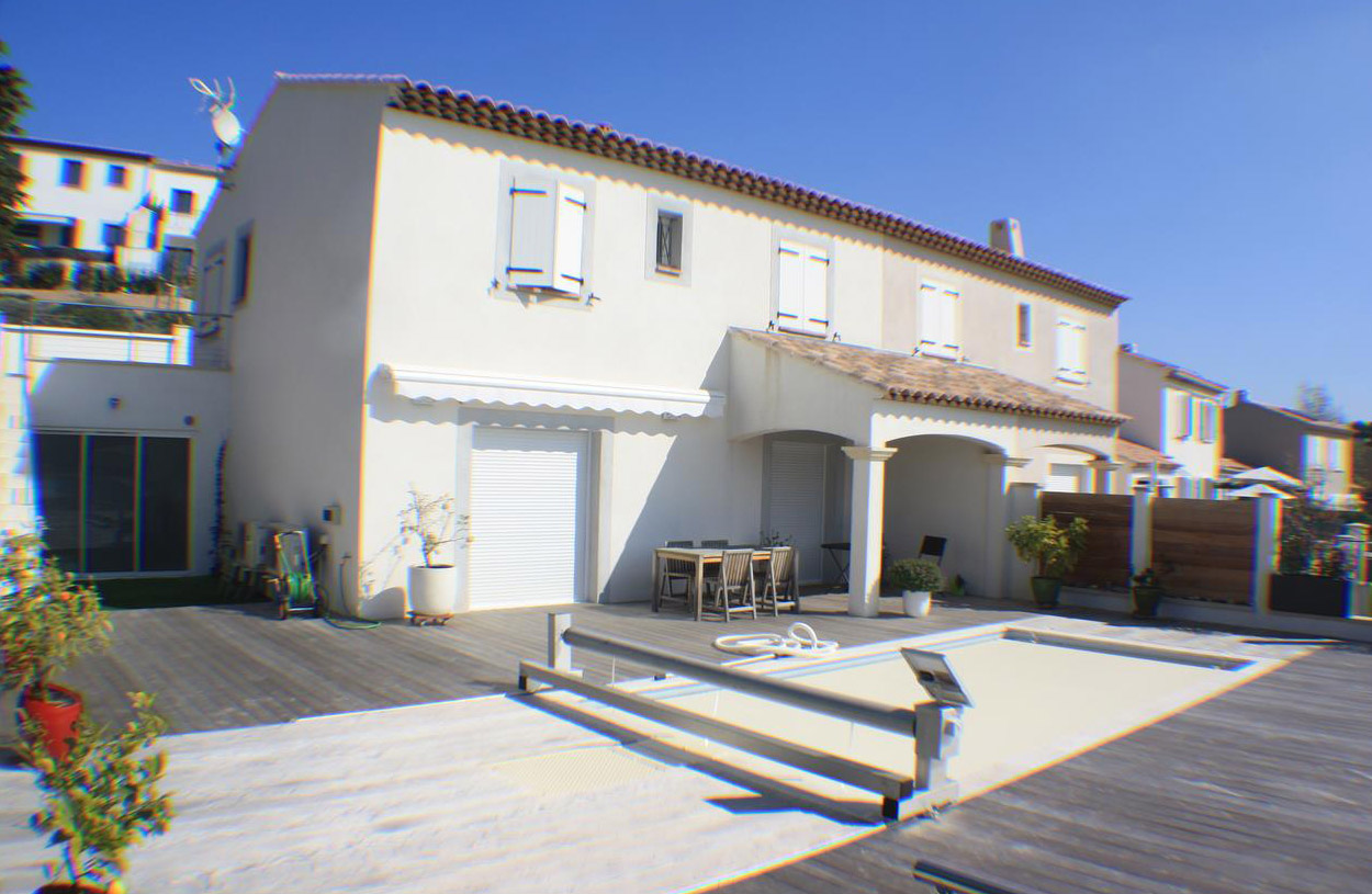 villa deux tages avec piscine et jardin en contre bas. Black Bedroom Furniture Sets. Home Design Ideas